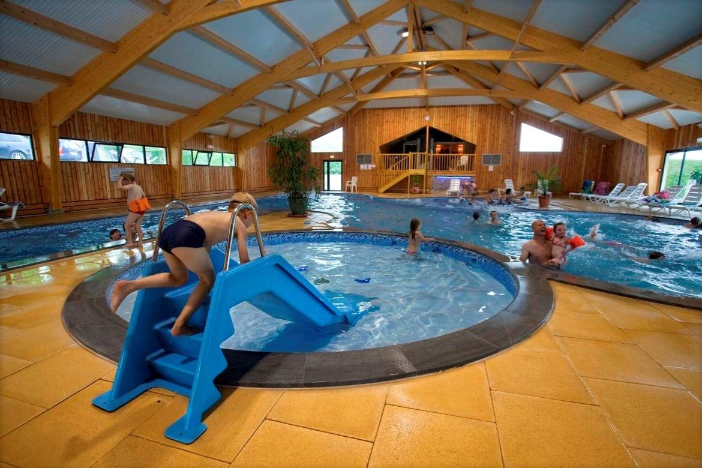 Let u vooral even op dat zalige bubbelbad. En zie je die sauna en de stoomcabine daarachter? Buiten is nóg zo'n heerlijk zwembad, inclusief mega coole glijbaan :)